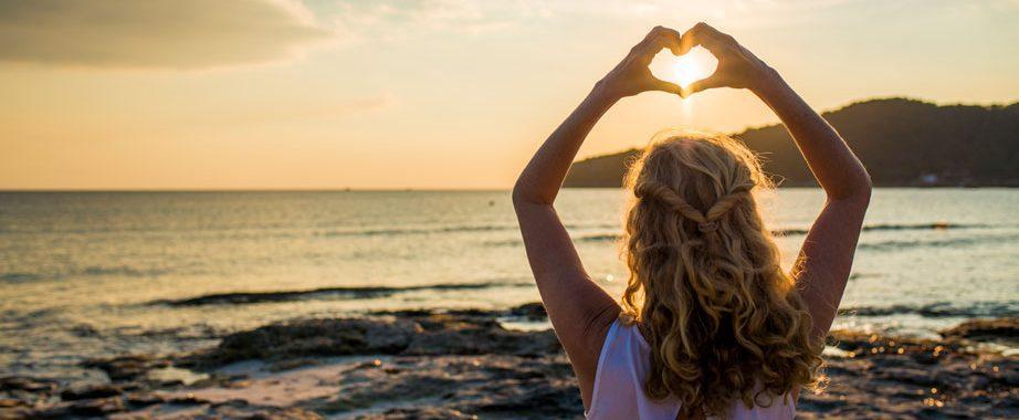 Mindfulness op het strand tijdens yoga en mindfulness retreat op Ibiza
