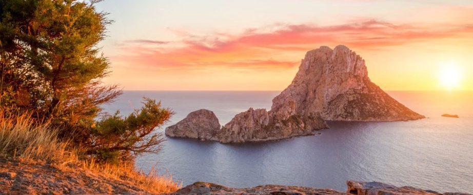 Zonsondergang bij magische rots Es Vedra op Ibiza