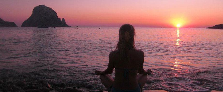 Zonsondergang meditatie op het strand tijdens mindfulness retreat Spanje